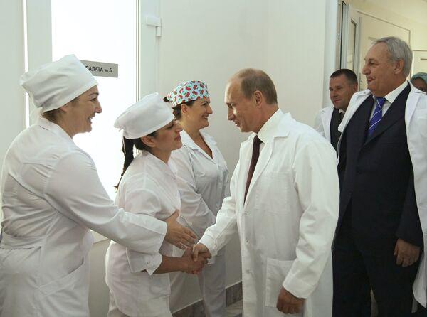 Премьер-министр РФ В.Путин посетил сухумский роддом