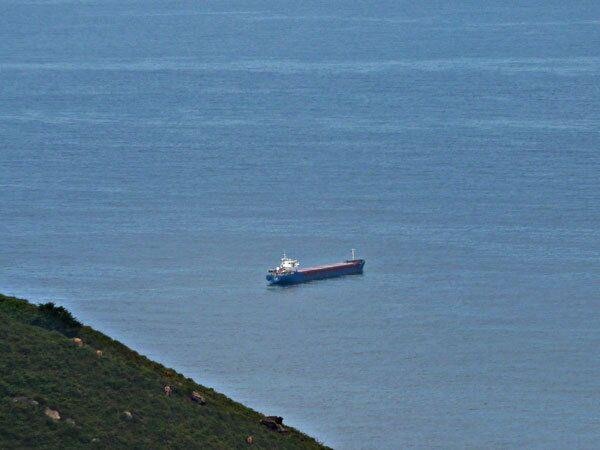 Судно похожее на Arctic Sea недалеко от порта Сан- СЕбастьян
