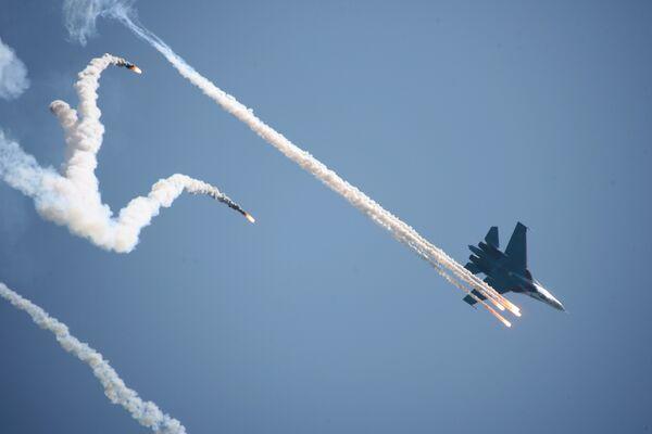 Причиной столкновения Су-27 могла стать ошибка пилотирования - источник
