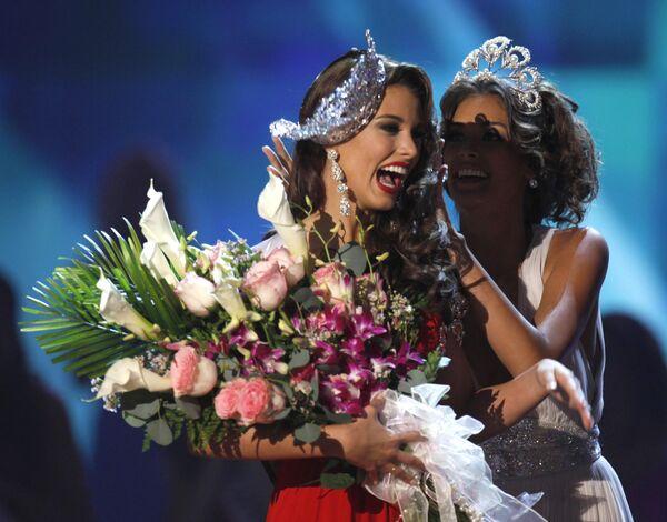 Мисс Вселенная-2009 Стефания Фернандес и Мисс Вселенная-2008 Дайана Мендоза