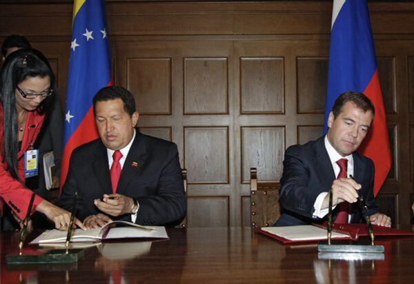 Президенты России и Венесуэлы Д.Медведев и У.Чавес на подписании совместных документов