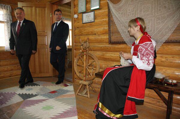 Президент РФ Дмитрий Медведев посетил Национальную деревню в Оренбурге