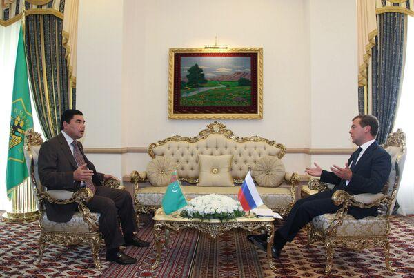 Президент России Дмитрий Медведев и президент Туркмении Гурбангулы Бердымухамедов