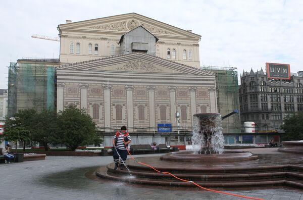 У здания Большого театра на Театральной площади