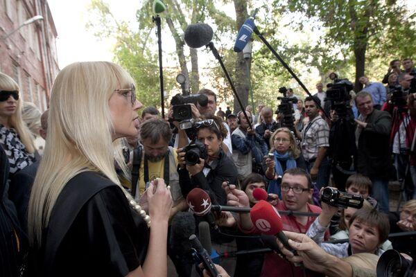 Певица Кристина Орбакайте у здания Тверского суда