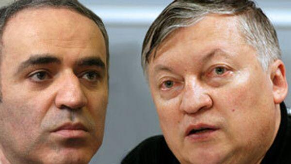 Гарри Каспаров и Анатолий Карпов (справа)