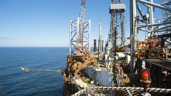Нефтяное месторождение на шельфе. Архив