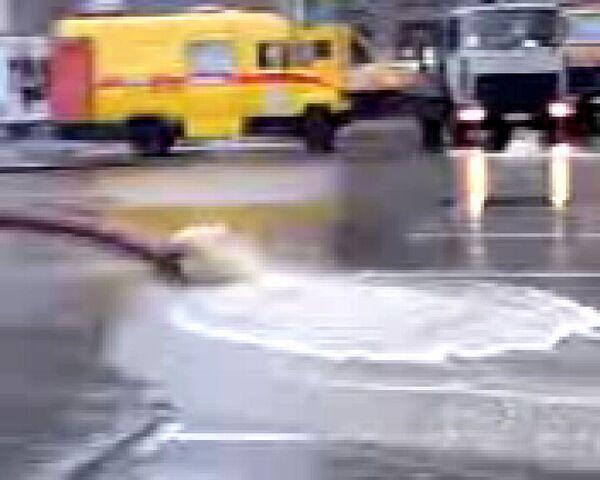 Прорыв водопровода на площади у Большого театра. Видео очевидца