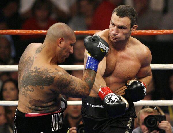 Украинский боксер Виталий Кличко (справа) и американский боксер Крис Арреола (слева)