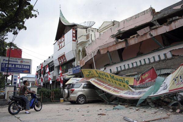Два мощных землетрясения разрушили индонезийский город Паданг