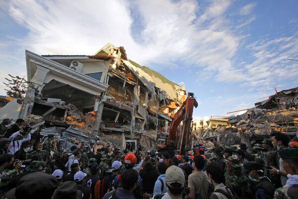 Спасатели во время осмотра завалов в индонезийском городе Паданг на Суматре