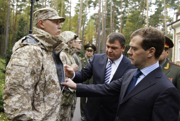 Президент РФ Д.Медведев осмотрел образцы формы для российских военнослужащих к предстоящим учениям КСОР ОДКБ