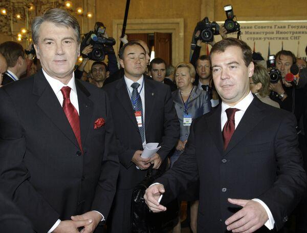 Дмитрий Медведев и Виктор Ющенко перед началом заседания саммита глав стран СНГ