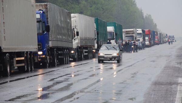Пробка из грузовиков на трассе М-53 под Красноярском растет