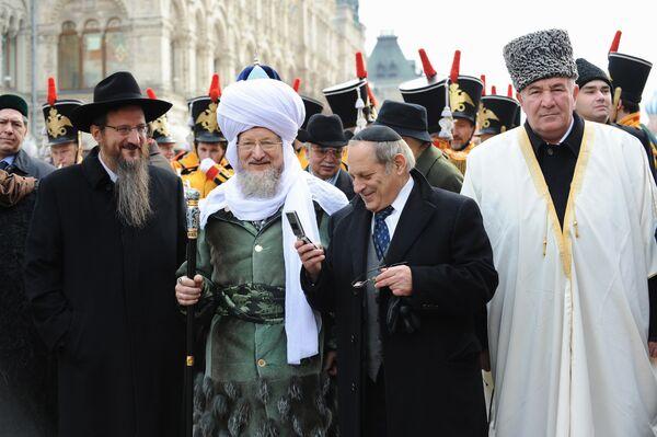 Представители религиозных конфессий перед началом шествия, посвященного Дню народного единства в Москве. Архив