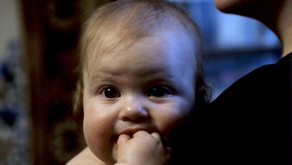 Младенец на руках у матери