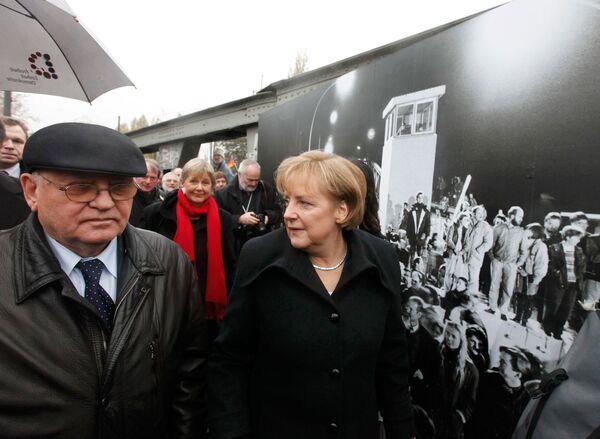 Михаил Горбачев и Ангела Меркель у Берлинской стены
