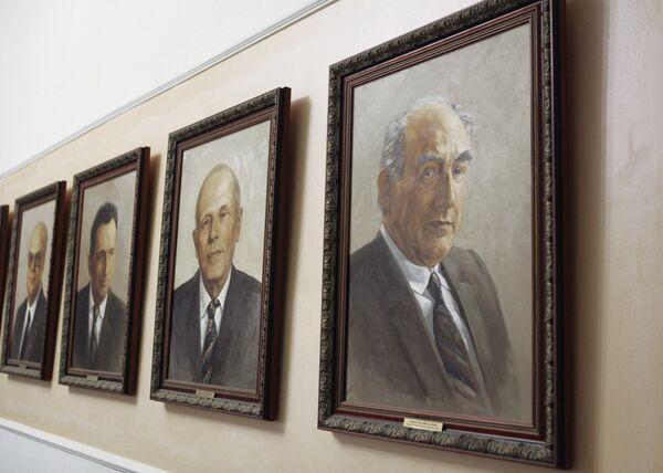 Портрет Виталия Гинзбурга (справа) в Физическом институте им. П. Н. Лебедева РАН.