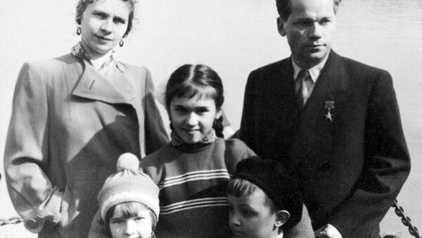 Советский конструктор М. Т. Калашников (справа) с женой и детьми. Архивное фото