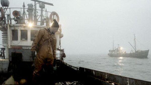 Пограничный корабль взял на буксир терпящий бедствие траулер Фортуна