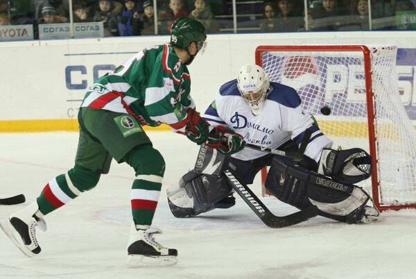 Нападающий команды Ак Барс Алексей Морозов и вратарь Динамо Михаил Бирюков (слева направо)