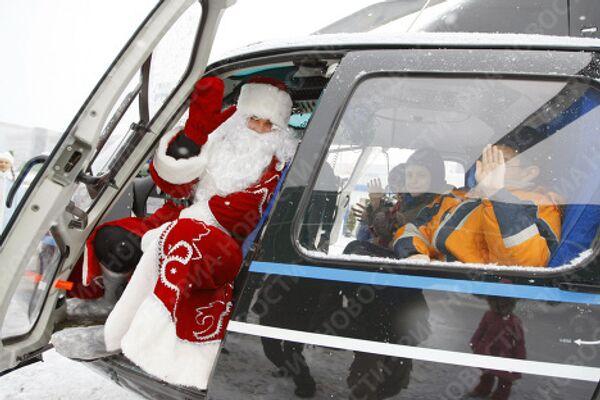 Первый праздничный полет Деда Мороза на вертолете
