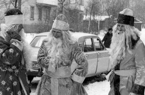 Деды Морозы на улице в канун Нового года