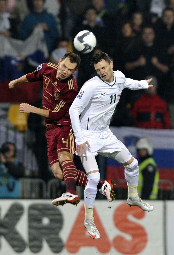 Сергей Игнашевич (слева) в борьбе за мяч