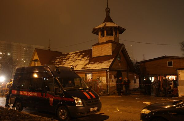 На месте убийства священника Даниила Сысоева в православном храме святого Фомы на юге Москвы