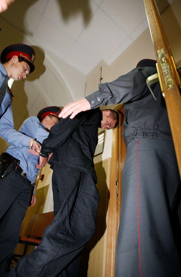 Обвиняемый в захвате судна Арктик Си на выходе из зала суда. Архив
