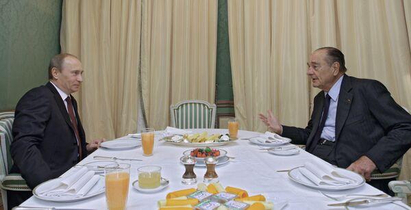 Премьер-министр РФ Владимир Путин и экс-президент Франции Жак Ширак во время рабочего завтрака