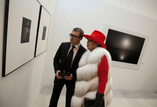 Ирина Винер с сыном Антоном на фотовыставке Георгия Пинхасова С любовью о Баку