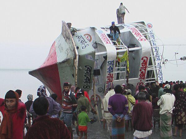 Большой паром частично затонул в Бангладеш