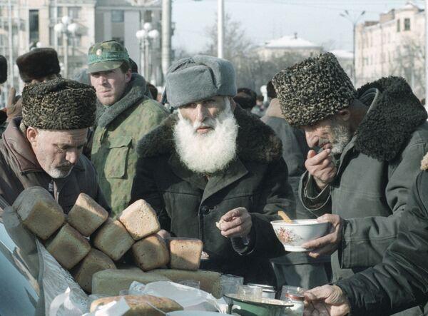 Жители Чечни получают хлеб и другие продукты питания. Архив