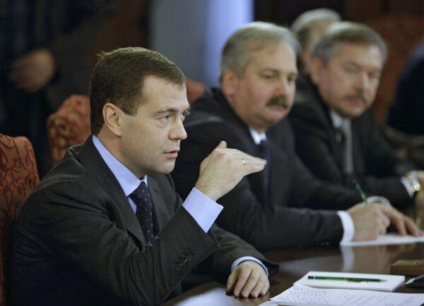 Медведев поздравил судей КС и пообещал повышать авторитет судебной власти