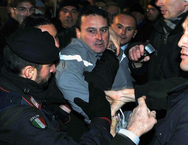 Человек, напавший на премьер-министра Италии Сильвио Берлускони