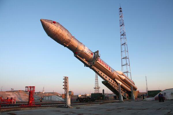 Ракета Протон-М вывезена на стартовый стол космодрома Байконур. Архив