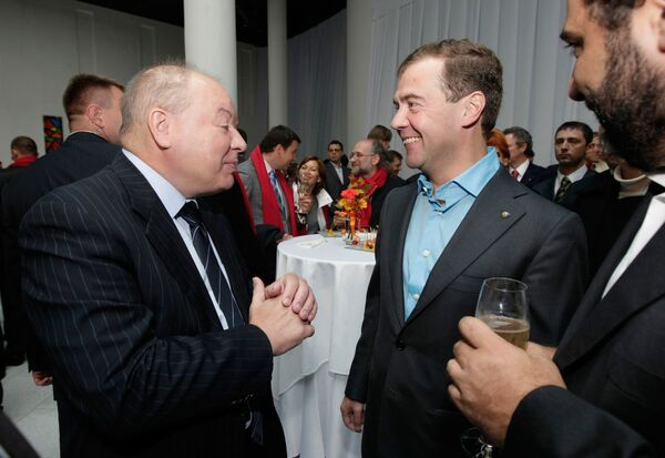 Президент РФ Дмитрий Медведев и директор Института экономики переходного периода Егор Гайдар