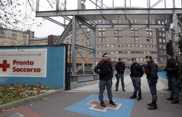 Полиция дежурит у больницы, в которую был госпитализирован Сильвио Берлускони после нападения в Милане