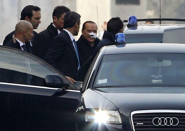 Сильвио Берлускони покидает больницу в Милане