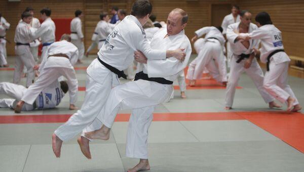 Премьер-министр РФ Владимир Путин (справа на первом плане) на тренировке по дзюдо, архивное фото