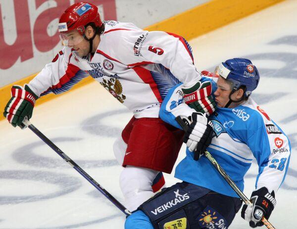 Защитник сборной России Илья Никулин и нападающий сборной Финляндии Йори Лехтеря (слева направо)
