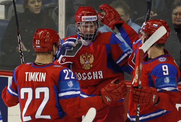 Хоккеисты российской молодежки Евгений Кузнецов (в центре), Евгений Тимкин (слева) и Егор Дугин (справа)