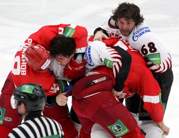 Массовая драка во время матча КХЛ между командами Витязь и Авангард