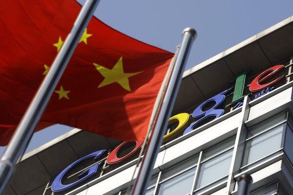 Флаг Китая на фоне главного офиса компании Google в Пекине
