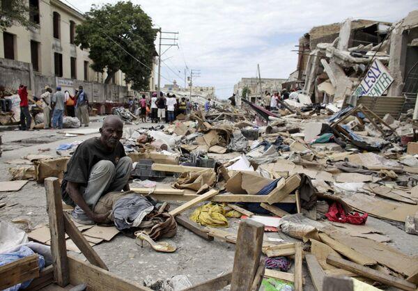 На улице столицы Гаити Порт-о-Пренса после разрушительного землетрясения