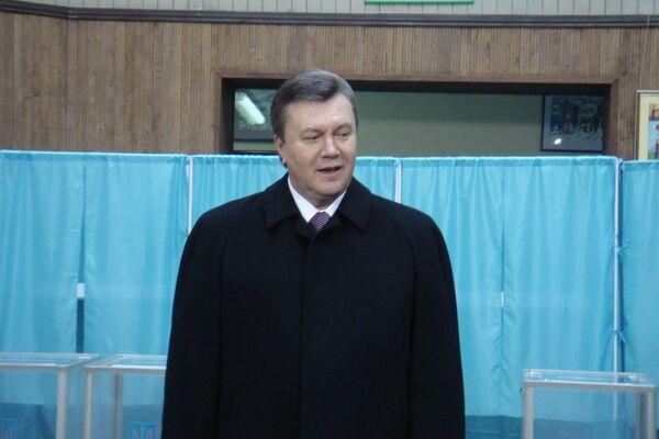 Виктор Янукович на избирательном участке