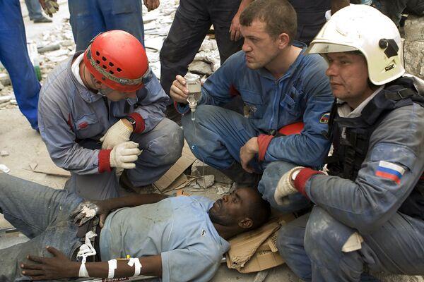 Российские спасатели извлекли человека из-под обломков разрушенного землетрясением здания на Гаити