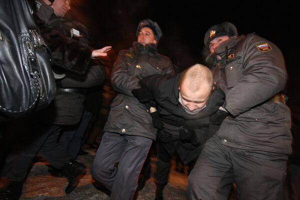 Сотрудники правоохранительных органов проводят задержание. Архив