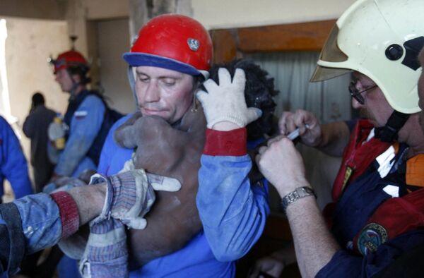 Российские спасатели освобождают ребенка из-под завалов на Гаити